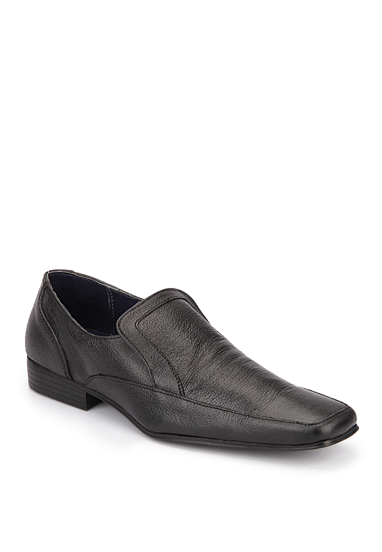 Red Tape Black Shoes at Rs.2396